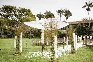 grass-lawn-wedding-ceremony-surrounded-by-palm-trees