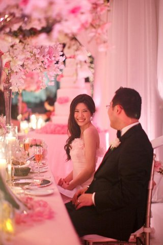 chinese-bride-and-groom-sit-at-sweetheart-table-for-wedding