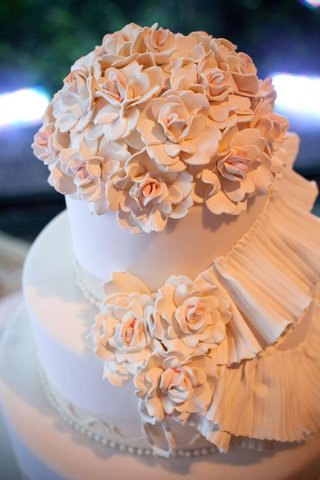camellia-flowers-on-light-pink-wedding-cake