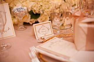 seating-card-with-gold-border-and-delicate-motif