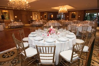 wedding-reception-tables-with-white-tablecloths-and-pink-centerpieces