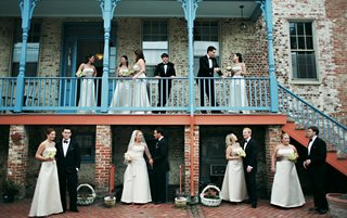 bridesmaids-and-groomsmen-photo-at-historic-annapolis-building