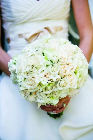 bride-holding-rose-and-stephanotis-flowers