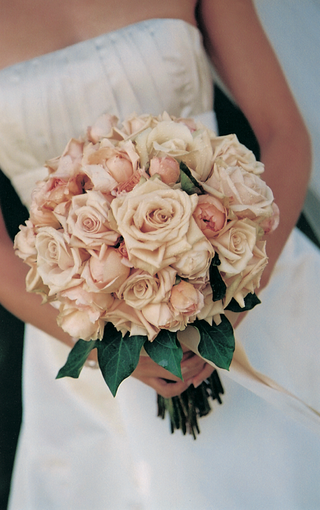 pink-roses-and-peonies-for-bride