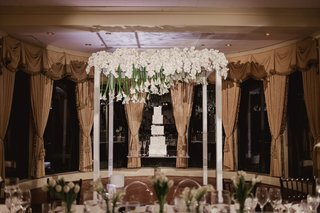 square-wedding-cake-on-lucite-table-calla-lilies-suspended-above