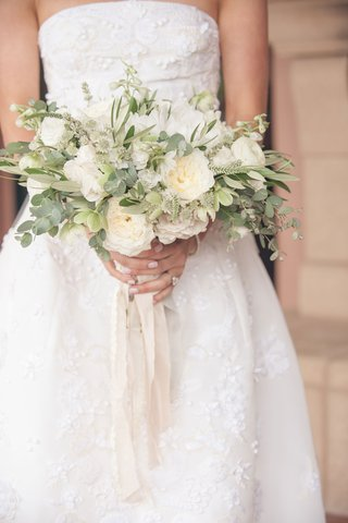 neutral-bouquet-with-greenery-and-garden-roses-ranunculus-blossoms-with-dangling-ribbon