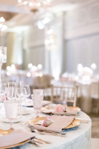 wedding-reception-ballroom-round-table-texture-linen-gold-charger-pink-rose-and-napkin-glassware