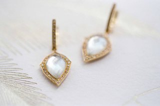 bride-day-of-wedding-jewelry-gold-earrings-with-teardrop-stone