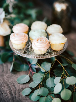 engagement-party-inspiration-magnolia-bakery-cupcakes-frosted-like-roses