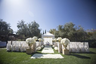 white-and-gold-ceremony-decor