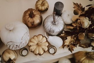 fall-wedding-ideas-candles-gold-leaves-pumpkins-painted-in-white-silver-gold-copper-rose-gold