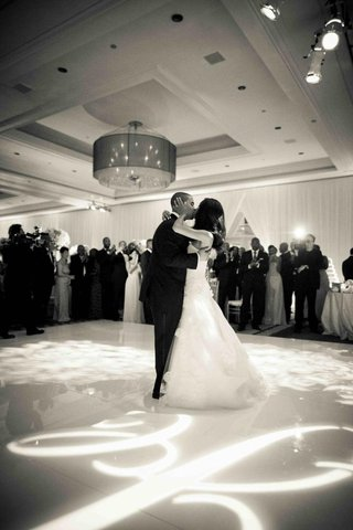 black-and-white-photo-of-bride-and-groom-kissing-on-dance-floor