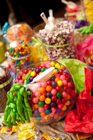 wedding-reception-candy-station-with-bowls-of-colorful-candy