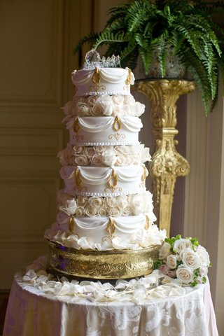 princess-wedding-cake-with-horse-and-carriage-topper