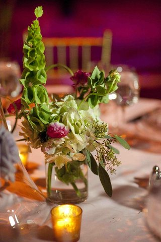 wedding-reception-table-with-green-and-red-flowers