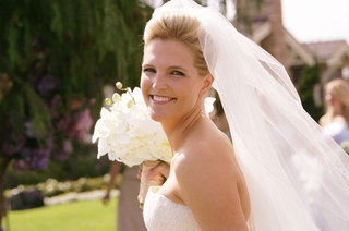 bride-wearing-veil-with-natural-and-elegant-makeup