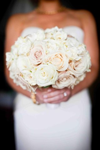 bride-holding-blush-and-peach-rose-flowers