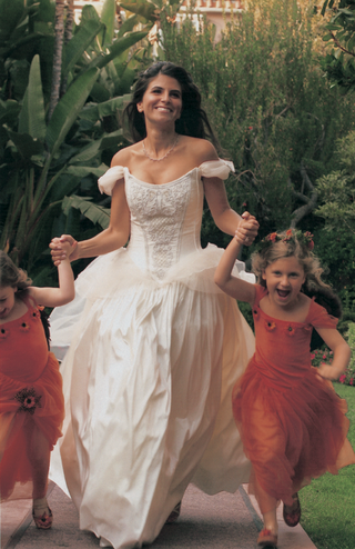 bride-holds-hands-and-runs-with-flower-girls