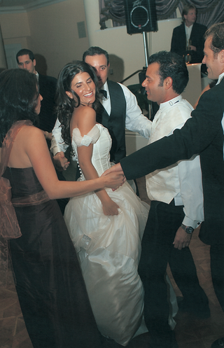 guests-form-a-circle-around-bride-and-dance