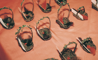 place-card-holders-made-from-tiny-baskets-and-feathers