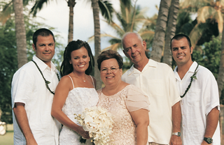 bride-and-her-family-at-hawaii-wedding