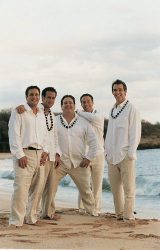 groomsmen-wear-shell-leis-on-beach-in-hawaii