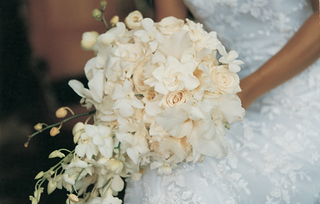 bridal-bouquet-of-white-roses-and-hawaiian-orchids