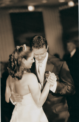 black-and-white-image-of-couples-first-dance