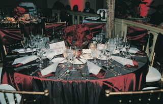 cranberry-toned-tablecloths-and-centerpieces
