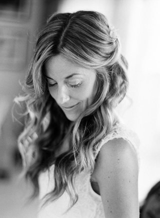 black-and-white-photo-of-bride-with-beachy-waves