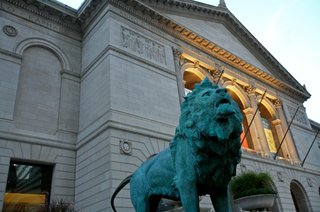 lion-statue-outside-museum-in-chicago