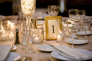 seashell-reception-decoration-with-candles-and-gold-frame
