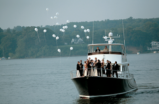 wedding-party-releases-balloons-on-boat-ride-around-river
