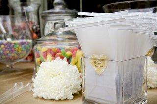 wedding-favor-bags-with-custom-yellow-sticker