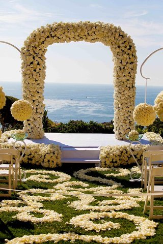 oceanview-wedding-ceremony-with-hundreds-of-white-and-ivory-roses
