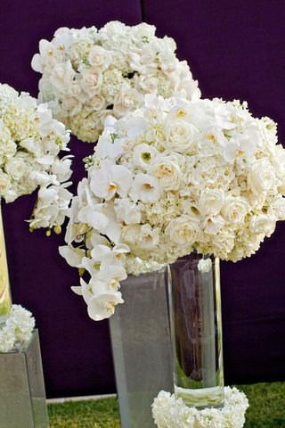 transparent-vases-topped-with-roses-and-hydrangea