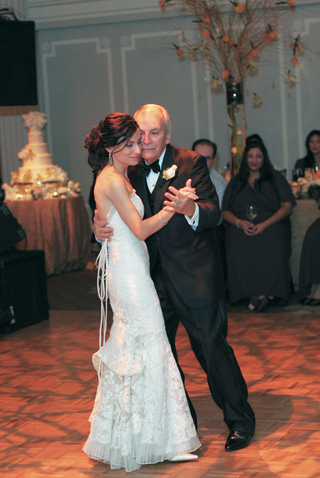 bride-dancing-with-her-dad-at-reception