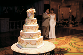 wedding-cake-with-golden-swirls-and-light-green-beading