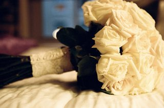 ivory-bridal-bouquet-wrapped-in-lace