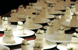 personal-size-two-layer-wedding-cakes-for-each-guest
