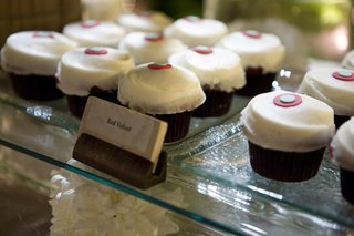 sprinkles-beverly-hills-red-velvet-cupcake-display