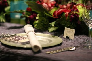 purple-silk-linen-with-light-green-charger-plate
