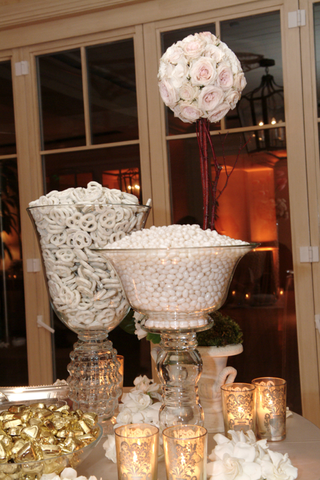 candy-bar-with-white-colored-treats-for-wedding-guests