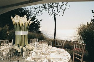 round-tables-with-large-centerpiece-overlooking-ocean