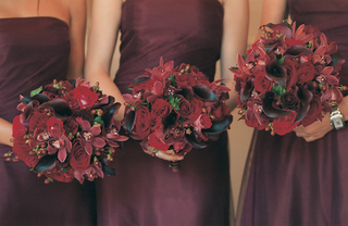 bridesmaid-bouquets-in-red-and-burgundy