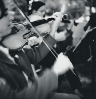 black-and-white-photo-of-violinist
