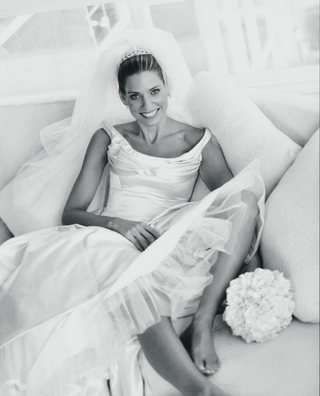 black-and-white-picture-of-bride-on-couch