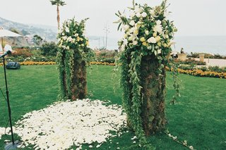 ceremony-posts-with-greenery-and-white-flowers