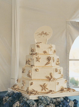 white-wedding-cake-with-gold-starfish-and-seashells