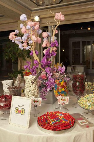 cotton-candy-tree-and-vases-filled-with-treats